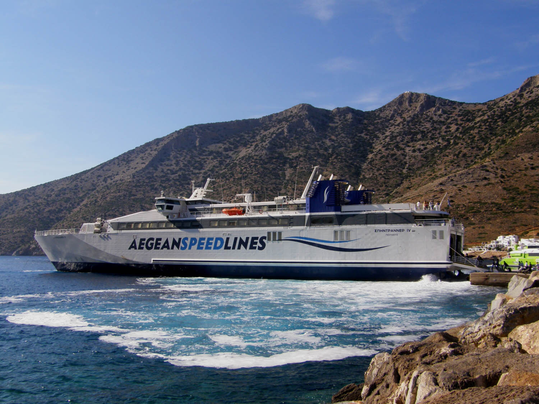 SpeedRunner IV at Sifnos port